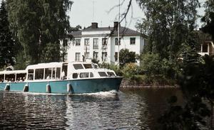 Turistbåt i höjd med Olaigatan, 1963. Fotograf: Eiwor Thavenius, Örebro