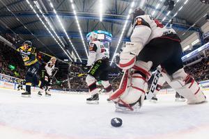 Sebastian Wännström jublar efter att han gjort mål för HV71 mot Malmö den senaste säsongen. De senaste tre åren har det dock inte blivit över tio fullträffar för honom i SHL. Foto: Mathias Bergeld / Bildbyrån