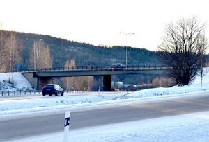 Bron över E4 i Timrå håller inte längre måttet och har nu stängts av för all tung trafik.