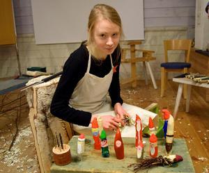 Ylva Nordin, förstaårselev vid träutbildningen,  lät – under ett öppet hus före jul – besökare prova på att tälja tomtar.