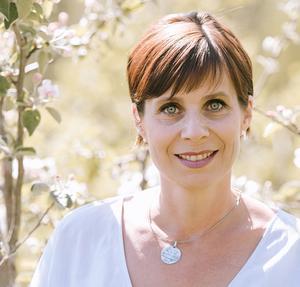 Maria Åman från Indal jobbar till vardags på Hernö Gin i Härnösand. I januari blev hon även en av två producenter för Mittrevyn. Fotograf Marléne Nilsén
