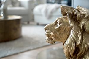 Ett guldlejon från Jotex vaktar i vardagsrummet.