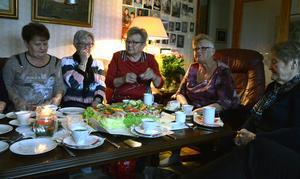 Yvonne Algotsson, Inga-Lill Backjanis, Lilian Oskarsson, Ingegerd Backjanis och Sigrid jernberg, känner varandra väl efter att ha träffats en gång i veckan i 50 år.