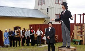 Hans Thörn som landshövding Curry Treffenberg i förra pjäsens scen om Sundsvallsstrejken. Den gula byggnaden i bakgrunden är Föreningen Svartviksspelets nya lokal.