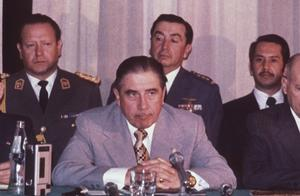 Chiles juntaledare Augusto Pinochet på en presskonferens i Santiago, Chile, 1974. Pinochet terroriserade sina politiska motståndare i 17 år efter att ha tagit makten medelst en blodig statskupp.