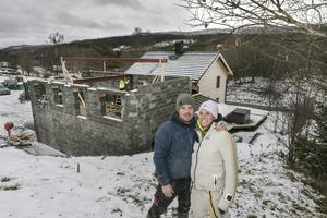 Vid besöket förbereds för takläggning. Robin Törnqvist och Sara Hector räknar med att de mesta av byggnationerna är färdiga till sommaren.