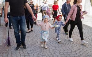 Greta Skotte, till vänster, vandrade med från Stora Torget till Hökartorget.