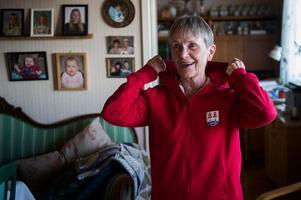 Doris Pettersson visar upp sin Timrå IK-tröja ...