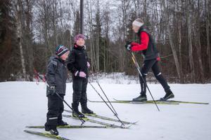 Syskonen Tim och Nora Axelsson tar årets första tur tillsammans med pappa Henrik.