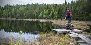 Vid Lilla Abborrtjärn är det bara tillåtet med flugfiske. Mikael Korpi har fått napp flera gånger om.