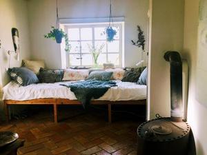 Sovrummet. Golvet i hela huset är gjort av handslaget tegel från grannbyn.