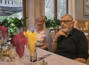 Anna-Lisa Danielsson och Karl-Göran Bergman väntar att få smaka på de grillade köttet.