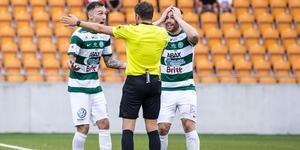 VSK var besvikna på domaren efter matchen mot Dalkurd. Foto: Kenta Jönsson / Bildbyrån