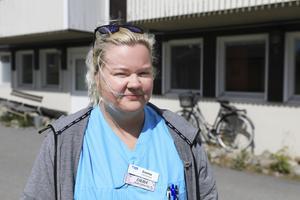 Emma Englund har arbetat som undersköterska på Skogsbygården sedan i januari. Beslutet att ersätta områdesstyrelsen i Kall har skapat oro.– Det känns som att områdesstyrelsen behövs. Alla är oroliga över skolan och Skogsbygården och hur det ska bli, säger Emma Englund.