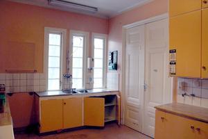 Kök med rymd i gult och aprikos en trappa upp.
