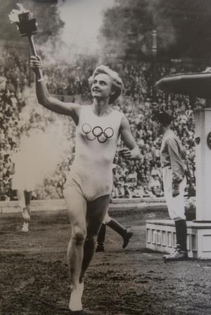 Karin Lindén fick springa med OS-facklan och tända den olympiska elden på Stockholms stadion 1956, när Sverige arrangerade de ridtävlingar som av karantänsskäl inte fick genomföras i Melbourne.
