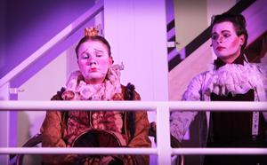 Adéle Brander som Prins Pompom är en ledsen prins som aldrig skrattat.