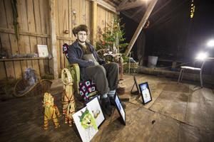 Karaktären Verner Brölfot, spelad av Marve Gomes, läser upp sagorna i kalendern.