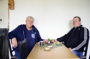 Fikagästerna Mats Åhman och Tord Julander var nyfikna på det nyöppnade bageriet och kaféet i Njurunda. Här har de båda två varit och köpt bilar när Hannas morfar Lars-Göran