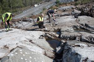 Arkeologerna Kenneth Ihresam, Sven-Gunnar Broström och Roger Wikell inventerade skålgroparna i Norvik 2018.