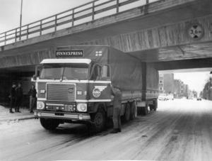 Det här var ingen ovanlig syn under byggåren. Köpmangatan hade sänkts för att minimihöjden 3,6 meter skulle uppnås men många lastbilschaufförer hade inte riktigt koll på sin höjd och körde fast under bron. Foto: ÖP:s arkiv