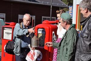 Kjell Hedström, hedersordförande i Brukshistoriska Föreningen, önskade lycka till och bad Kurt Östlund att hjälpa honom med att fylla på kärlet med bensin.