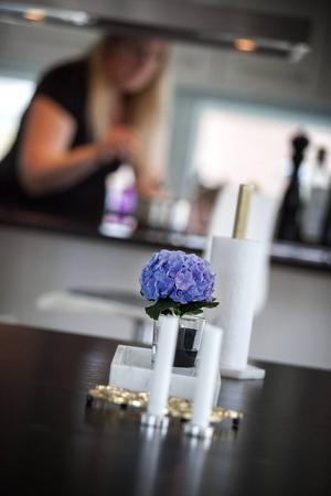 Blommor är en relativt billig och fin inredningsdetalj.