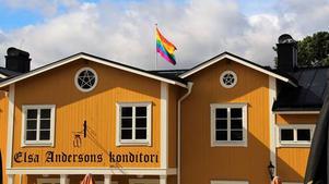 Flaggan sedd ifrån Elsa Anderssons konditoris framsida.  Foto: Torfinn Dehlin