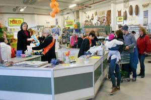 FOTO: HILLEVI EDEBORGDamerna som jobbade i kassan i lördags heter Inger Berbres och Maj-Britt Öst.