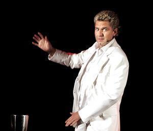 Magi på scen. Magikern Joe Labero uppträder i show på Stadshotellet i september 2005.