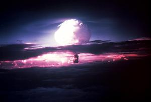 Köping bör bli en ICAN-city och uppmana Sverige att  skriva under förbudet mot kärnvapen, skriver insändaren. Bild från en amerikansk provsprängning.