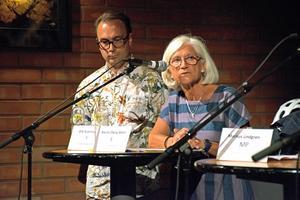 Olle Kvarnryd (V) och Marita Öberg Molin (S) under tisdagens politiska debatt om konstens framtid i Västerås. Foto: Frida Lundén.