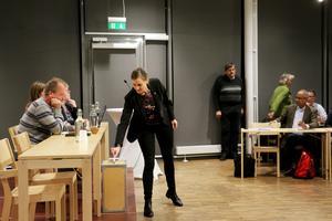 På kommunfullmäktige blev det röstning om vem som skulle bli ordförande i kommunfullmäktige. En efter en fick ledamöterna lämna sina röster. Caroline Dieker från Moderaterna kan tillsammans med representanter från KD och Liberalerna tänka sig att styra Askersund i ett minoritetsstyre.