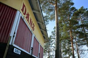 På fredag inleds en ny danssäsong på Tallbacken i Ånge, och trots att det är Kulturnatten inne i centrum hoppas arrangörerna att dansvännerna ska hitta till dansbanan strax utanför Ånge .