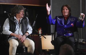 Arrangören Michael Lang och artisten John Fogerty vid en presskonferens om den nya Woodstockfestivalen. Arkivbild: Evan Agostini/AP/TT
