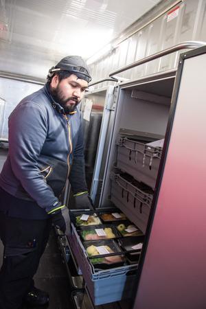 Varje dag serveras cirka 600 portioner mat på Östersunds sjukhus, både till patienter och anställda. Kamol (Mulle) Pinpetch  visar några av de maträtter som numera beställts från en meny.