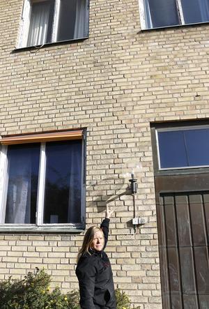 Här har huvudbyggnaden från 1939 utökats med en utbyggnad. En klar linje kan skönjas i fasadteglet. Det är fasaden från 1960 som faller sönder konstaterar Jessica Nilsson.