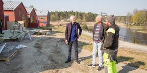 Byggprojektledaren Ulf Spennare, arkitekten Stefan Werner och byggaren Torben Nilsson vid de senast byggda husen som ligger ett stenkast (kort) från Arbogaån.