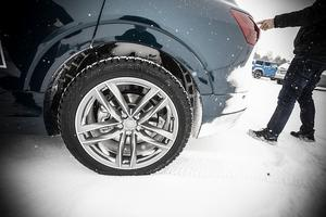 Stora hjul rullar tyngre. Mattias har beställt sin bil med mindre hjul som rullar lättare.