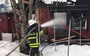 En villa i Arvslindan, Gagnefs kommun, förstördes i en brand under natten mot torsdagen.