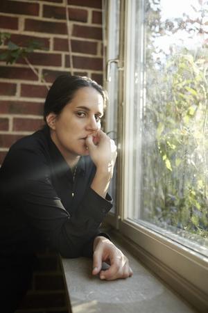 Sara Villius skriver om en kvinna som kämpar med förväntningarna på vem hon bör vara. Bild: Irmelie Krekin