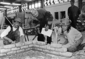 1991 tävlade byggelever från PC mot Hjalmar Strömerskolan i Strömsund. Eleverna utförde olika byggmoment och PC vann. På bilden eleverna Markus Jonsson och Anders Olsson och domaren Gunnar Pettersson.