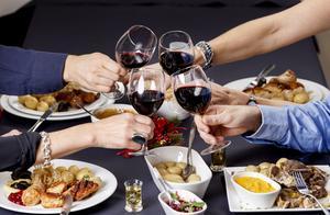 Tre av fyra tycker inte att alkohol är viktigt på jobbets julbord. Foto: TT