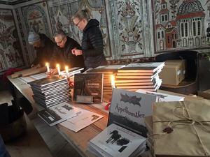 Hembygdsföreningens medlemmar hade fullt upp med att slå in hårda paket på Hembygdsgården.