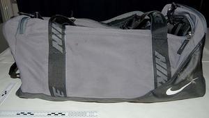 Det var den här väskan som hittades av Missing People, innehållande en AK 47. Polisen vill gärna ha in tips gällande trunken, som är av äldre slag.Foto: Polisen