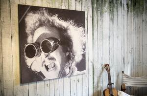 I sovrummet hänger en uppförstoring av skådespelaren Gene Wilder. Bilden har Ronny själv gjort om till svartvitt dragit upp storleken över bildformatet så att den är helt pixlig.