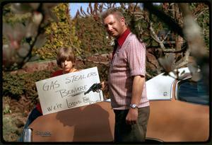 Under oljekrisen 1973 steg bränslepriserna och det var svårt att få tag i bensins. Amerikaner beväpnande sig för att skydda sig mot bensintjuvar. Foto: David Falconer/National Archives