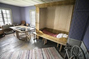En sovalkov i det gamla huset på gården. Notera den gamla tapen ovanför sängen. Den är sparad för det var den första som fanns i byggnaden.