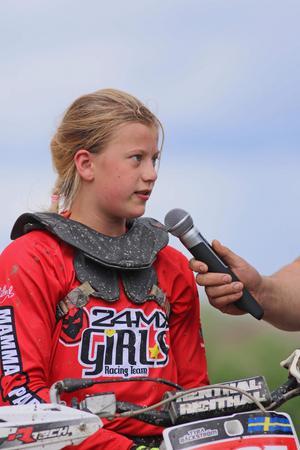 Tyra Bäckström blev intervjuad efter segern i Uppsala. Foto: #segusfoto