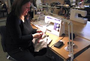 Jeanette Nyström fixar en del efterarbete i syateljén, där broderimaskinen används bland annat till att brodera Delsbosöm. Syateljén tar emot beställningar av både företag och privatpersoner, men producerar också själva saker som säljs i Kraterkrafts butik.